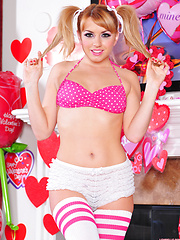 Lexi Belle thrills in this solo Valentine strip show
